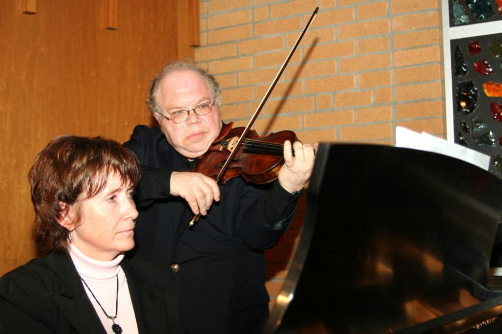 Guest playing the violin